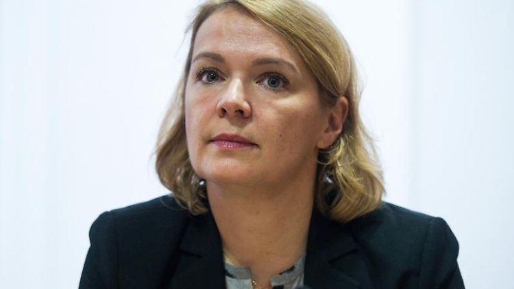 Ulrike Trebesius bei einer Pressekonferenz. Foto: picture alliance/dpa/Archivbild