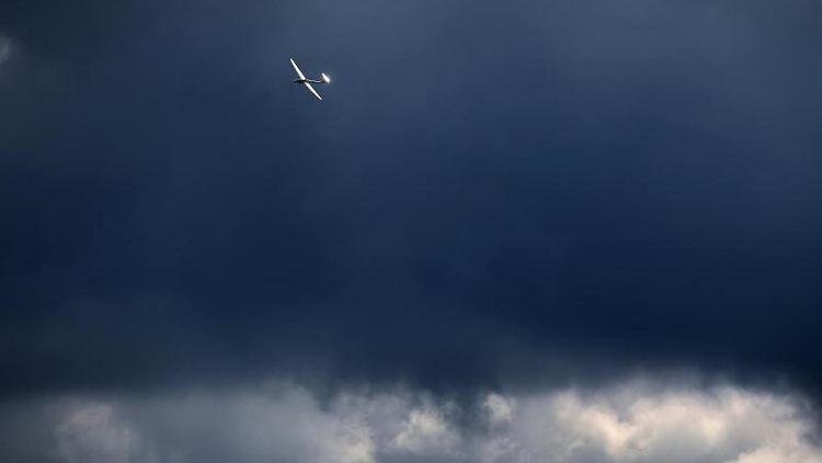 Ein vor den Wolken fliegendes Segelflugzeug wird von der Sonne beschienen. Foto: Karl-Josef Hildenbrand/dpa/Symbolbild