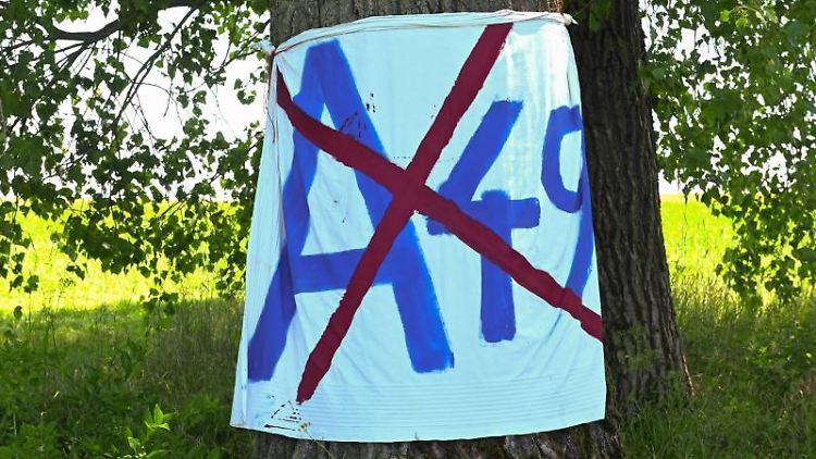 Auf einem Transparent im Dannenröder Forst ist das Zeichen für die A49 durchgestrichen. Foto: Uwe Zucchi/dpa/Symbolbild