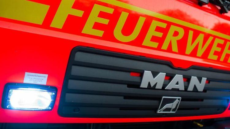 Ein Löschfahrzeug der Feuerwehr fährt über eine Straße. Foto: Daniel Bockwoldt/dpa/Symbolbild