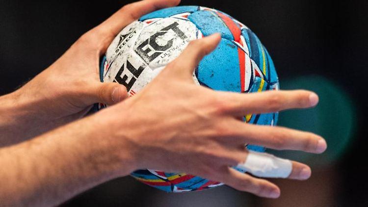 Ein Ball in der Hand eines Spielers. Foto: Robert Michael/dpa/Symbolbild