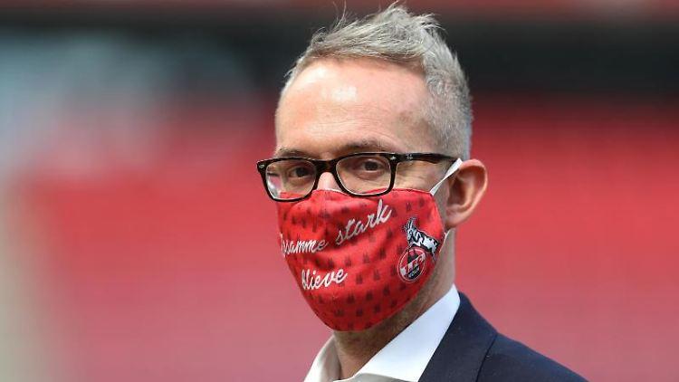 Alexander Wehrle, Geschäftsführer Sport des 1. FC Köln, steht mit Maske im Stadion. Foto: Lars Baron/Getty/Pool/dpa/Archivbild