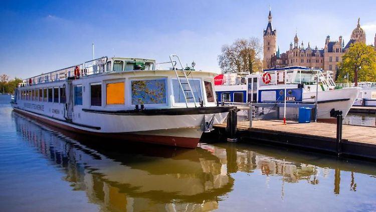 Ausflugsschiffe der Weissen Flotte Schwerin liegen an einem Steg im kleinen Hafen in der Schlossbucht. Foto: Jens Büttner/dpa-Zentralbild/dpa/Archivbild
