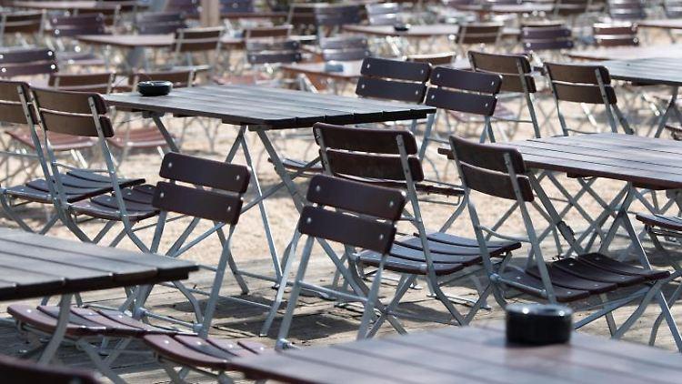 Leere Tische und Stühle stehen in einem Biergarten. Foto: Sebastian Kahnert/dpa-Zentralbild/dpa/Symbolbild