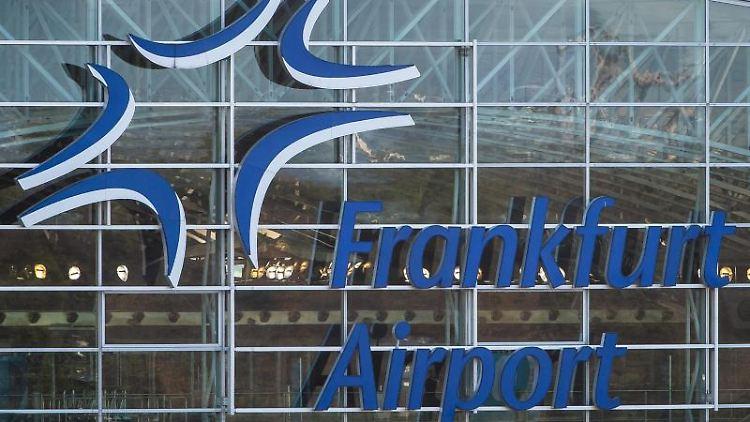 Der Schriftzug Frankfurt Airport ist an der Fassade des Flughafens zu sehen. Foto: Silas Stein/dpa/Symbolbild