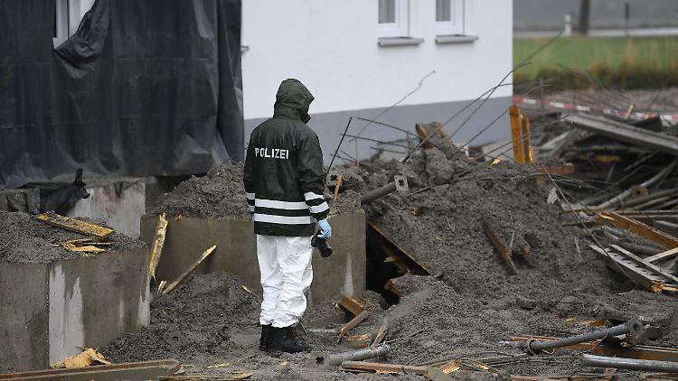 Die Polizei sichert Beweise an der Unglücksstelle in Bayern.