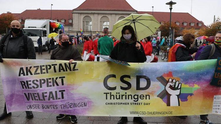 Teilnehmer der Demonstration zum CSD in Weimar. Foto: Bodo Schackow/dpa-Zentralbild/dpa