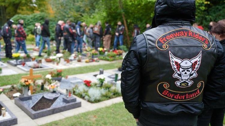 Teilnehmer gedenken auf dem Friedhof Rotthausen einem 2018 getöteten Mitglied der Rocker-Gruppe