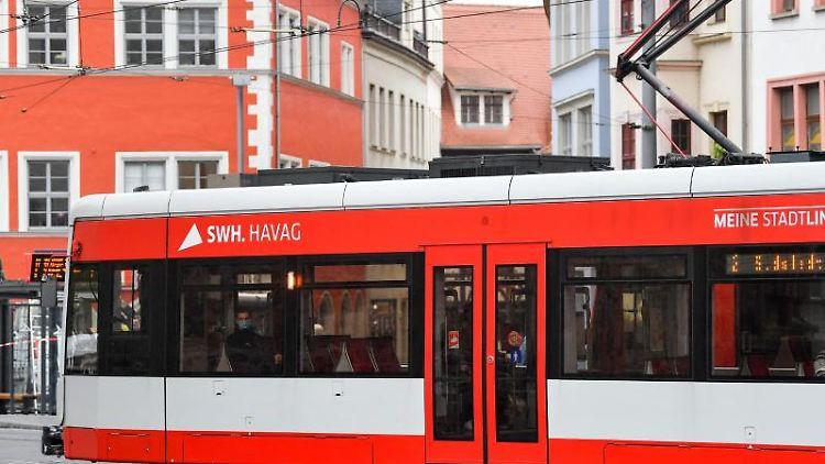 Nur wenige Fahrgäste sitzen in einer Straßenbahn im Zentrum von Halle. Foto: Hendrik Schmidt/dpa-Zentralbild/dpa