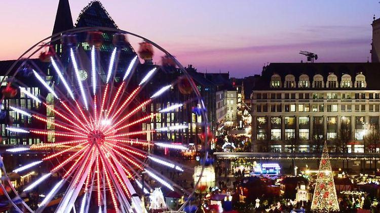 Blick auf einen Teil vom Leipziger Weihnachtsmarkt. Foto: Waltraud Grubitzsch/dpa-Zentralbild/dpa