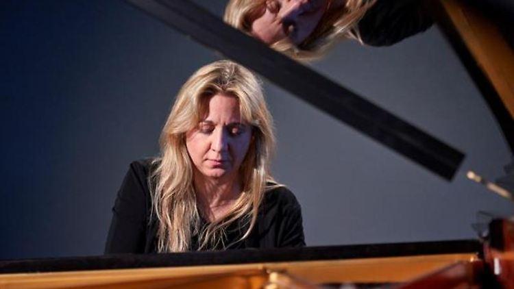 Die Pianistin Ragna Schirmer sitzt an einem Flügel. Foto: Maike Helbig/Büro für Künstler/dpa