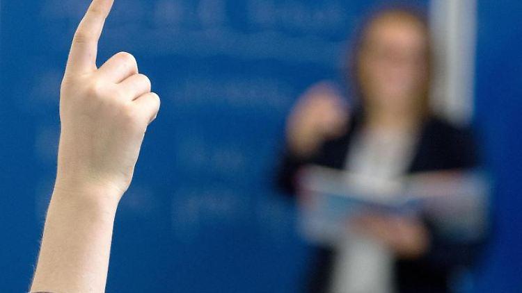 Ein Schüler meldet sich im Unterricht. Foto: Armin Weigel/dpa/Symbolbild