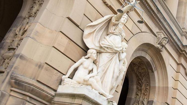 Vor dem Gerichtsgebäude hält eine Statue der Justitia eine Waagschale. Foto: Stefan Puchner/dpa/Symbolbild