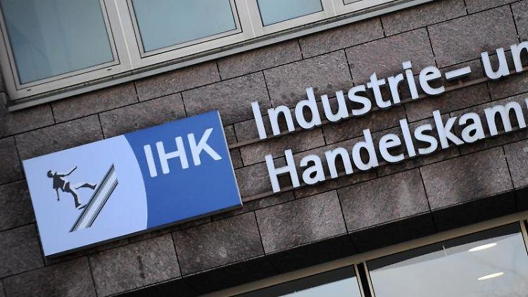 Das Logo und der Schriftzug der Industrie- und Handelskammer. Foto: picture alliance/dpa/Archivbild