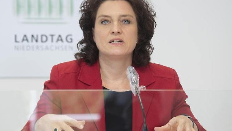 Gesundheitsministerin Carola Reimann (SPD) spricht bei einer Landespressekonferenz. Foto: Julian Stratenschulte/dpa/Archivbild