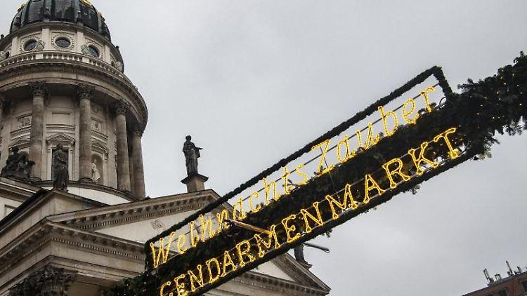 Einer der Eingänge zum Weihnachtsmarkt auf dem Gendarmenmarkt. Foto: Paul Zinken/dpa/Archivbild