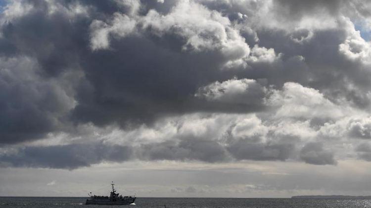 Ein Ausflugsschiff fährt bei sonnigem Wetter über die Ostsee. Foto: Stefan Sauer/dpa-Zentralbild/dpa