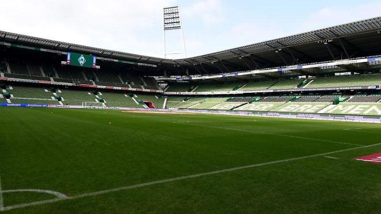 Die Tribünen im Weserstadion sind leer. Foto: Carmen Jaspersen/dpa/Archivbild