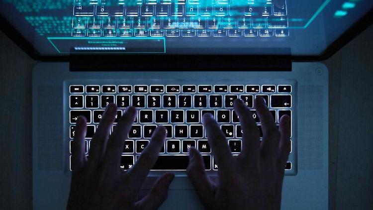 Eine Person tippt auf einem Laptop. Foto: Silas Stein/dpa/dpa-tmn/Symbolbild
