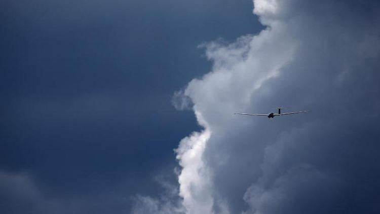 Ein Segelflugzeug fliegt vor einem bewölkten Himmel. Foto: Karl-Josef Hildenbrand/dpa/Symbolbild