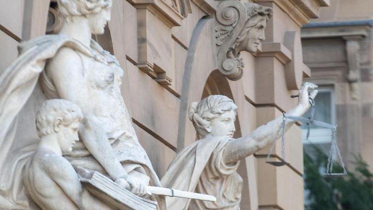 Vor einem Gerichtsgebäude steht u.a. eine Statue der Justitia. Foto: Stefan Puchner/dpa/Symbolbild