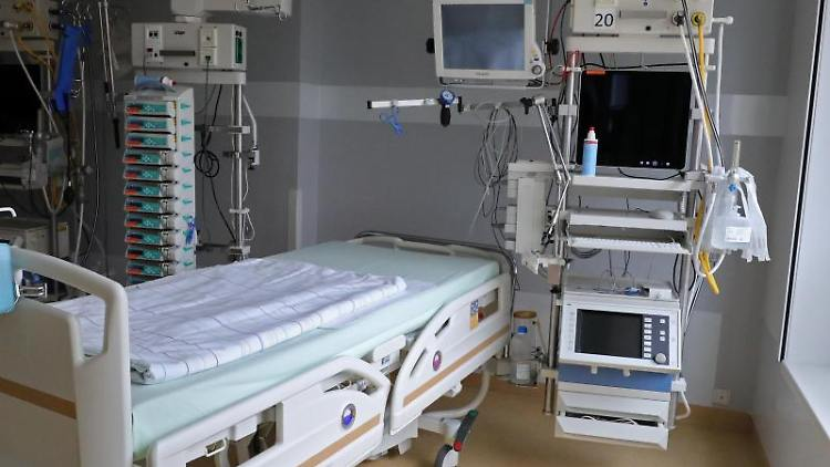 Ein Bett auf einer Intensivstation. Foto: Bernd Wüstneck/dpa-Zentralbild/dpa/Symbolbild