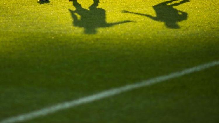 Zwei Fußballspieler kämpfen um den Ball. Foto: picture alliance/Sophia Kembowski/dpa/Symbolbild