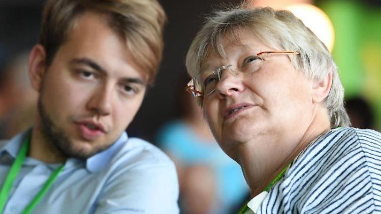 Sigrid Erfurth und Philip Krämer (Bündnis 90/Die Grünen) unterhalten sich miteinander. Foto: Arne Dedert/dpa/Archivbild