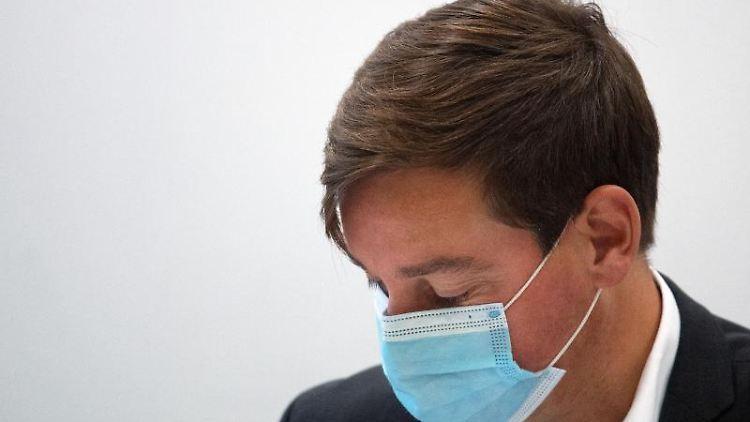 Sebastian Hartmann, Vorsitzender der SPD in Nordrhein-Westfalen, trägt einen Mund-Nasen-Schutz. Foto: Federico Gambarini/dpa/Archivbild