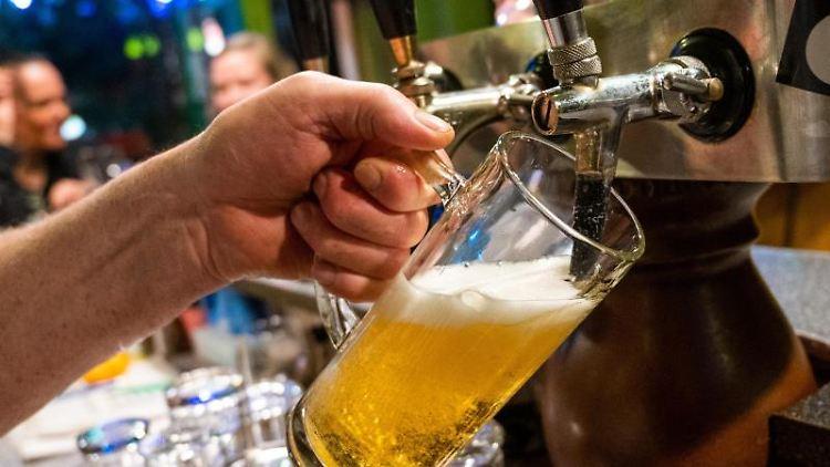 In einer Gaststätte wird ein Bier gezapft. Foto: Christophe Gateau/dpa/Archivbild