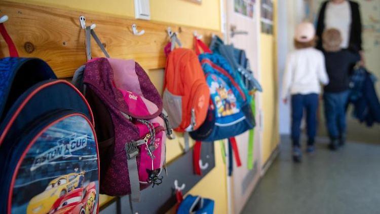 Kinderrucksäcke hängen im Eingangsbereich eines Kindergartens. Foto: Monika Skolimowska/dpa-Zentralbild/dpa/Archivbild