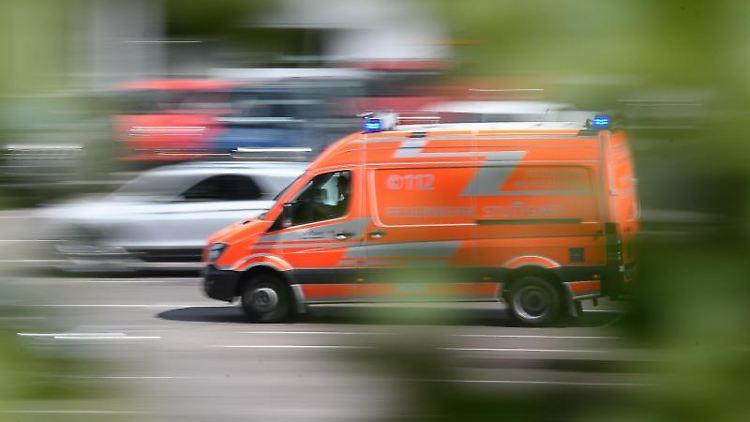 Ein Rettungswagen fährt durch die Stadt. Foto: Sebastian Gollnow/dpa/Symbolbild