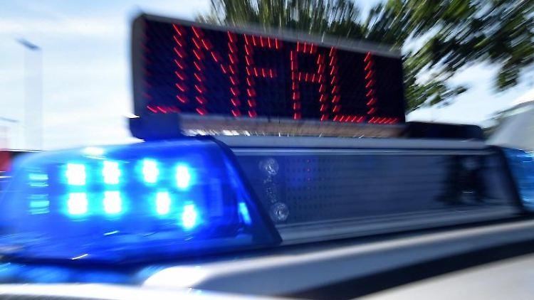 Das Blaulicht blinkt auf einem Einsatzfahrzeug der Polizei. Foto: picture alliance/Holger Hollemann/dpa/Symbolbild