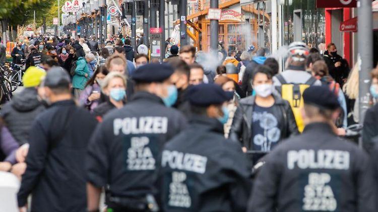 Bundespolizisten kontrollieren auf der Wilmersdorfer Straße die Einhaltung der Maskenpflicht. Foto: Christoph Soeder/dpa/Archivbild