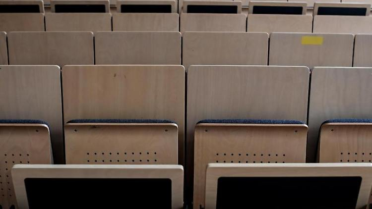 Sitze in einemHörsaal sind mit Abstandsmarkierungen versehen. Foto: Britta Pedersen/dpa-Zentralbild/dpa/Symbolbild