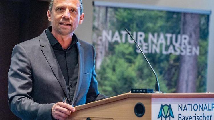 Umweltminister Thorsten Glauber (FW) spricht im Informationszentrum des Nationalparks Bayerischer Wald. Foto: Armin Weigel/dpa/Archivbild