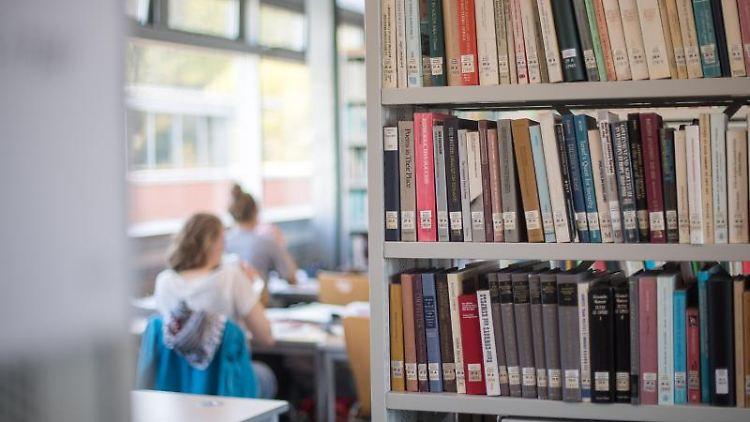 Studentierende lernen in einer Universitätsbibliothek. Foto: Sebastian Gollnow/dpa/Archivbild