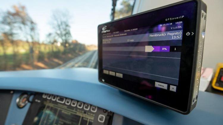 Ein digitales Assistenzsystem ist im Führerstand eines Diesel-Triebwagens befestigt. Foto: Daniel Karmann/dpa/Archivbild