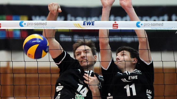 Paul Sprung (l) und Theo Timmermann vom KW-Bestensee spielen den Ball. Foto: picture alliance / Maurizio Gambarini/dpa/Archivbild