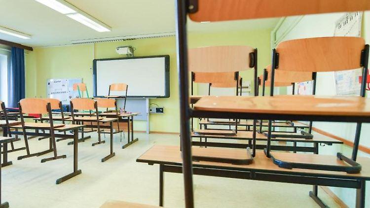 Stühle stehen auf den Tischen in einem leeren Klassenraum. Foto: Patrick Pleul/dpa-Zentralbild/dpa/Symbolbild