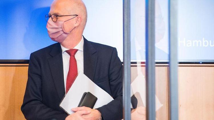 Hamburgs Bürgermeister Peter Tschentscher (SPD) trägt Mundschutz. Foto: Daniel Bockwoldt/dpa/Archivbild