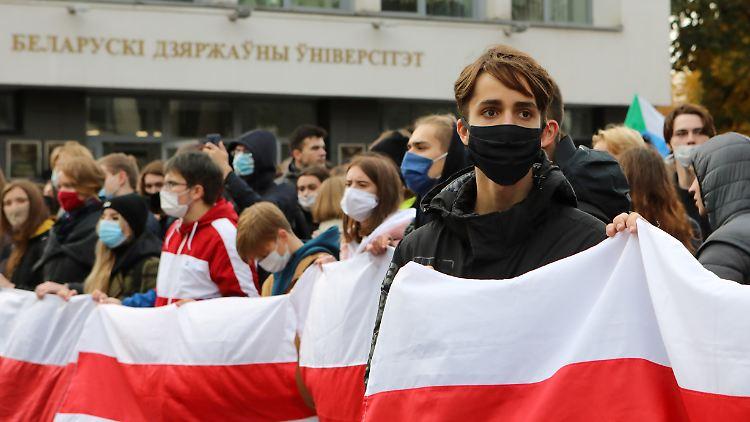 2020-10-26T133855Z_1016543005_RC2DQJ9Q5HYN_RTRMADP_3_BELARUS-ELECTION-PROTESTS.JPG