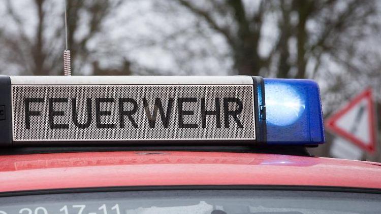 Das Blaulicht eines Feuerwehrautos leuchtet an einem Einsatzort. Foto: Friso Gentsch/dpa/Archivbild