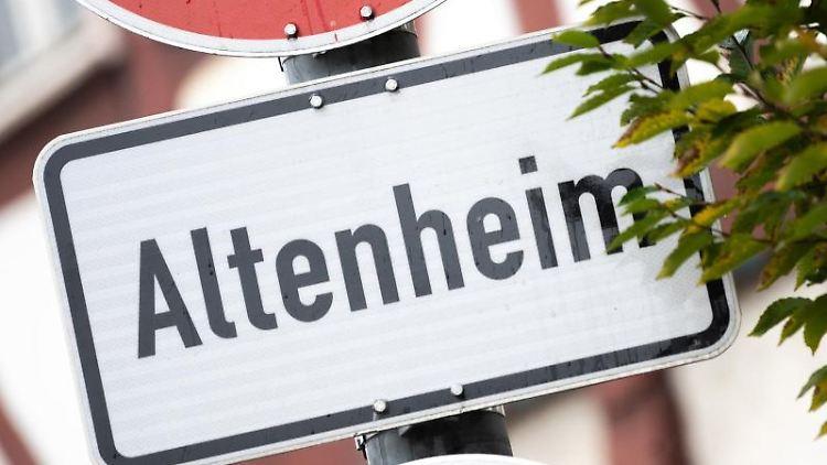 Ein Schild weist auf ein Altenheim hin. Foto: Sebastian Gollnow/dpa/Symbolbild