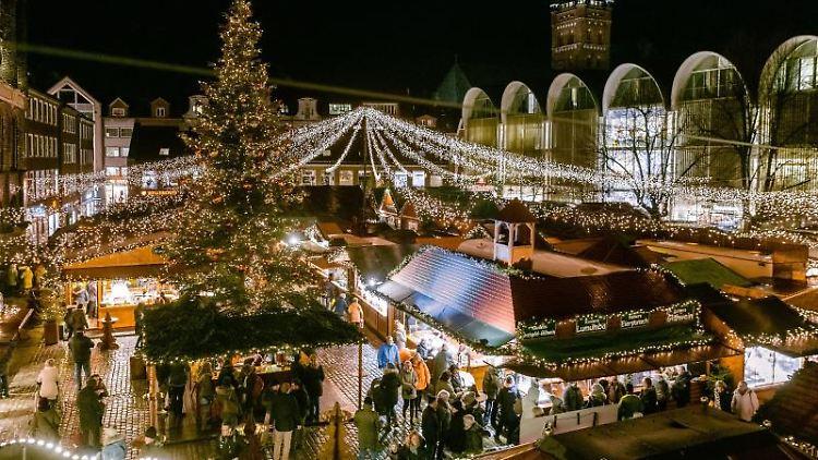 Blick auf den Lübecker Weihnachstsmarkt. Foto: Markus Scholz/dpa/Archivbild