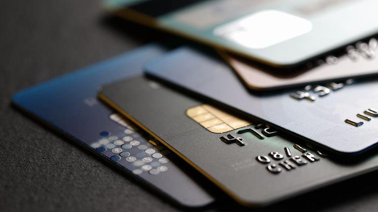 Zum Teil gibt es mit Kreditkarten interessante Boni.