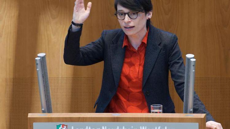 Die Grünen-Abgeordnete Josefine Paul im Landtag Nordrhein-Westfalen. Foto: Henning Kaiser/dpa/Archivbild