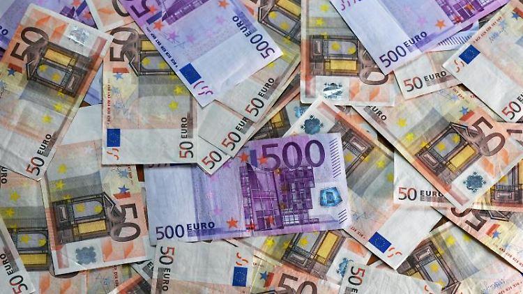 Euro-Banknoten liegen auf einem Tisch. Foto: Jens Kalaene/dpa-Zentralbild/dpa/Symbolbild