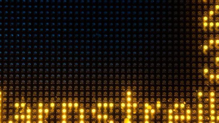 Eine Leuchtanzeige zeigt einen Hinweis auf einen Warnstreik. Foto: Lino Mirgeler/dpa/Archiv
