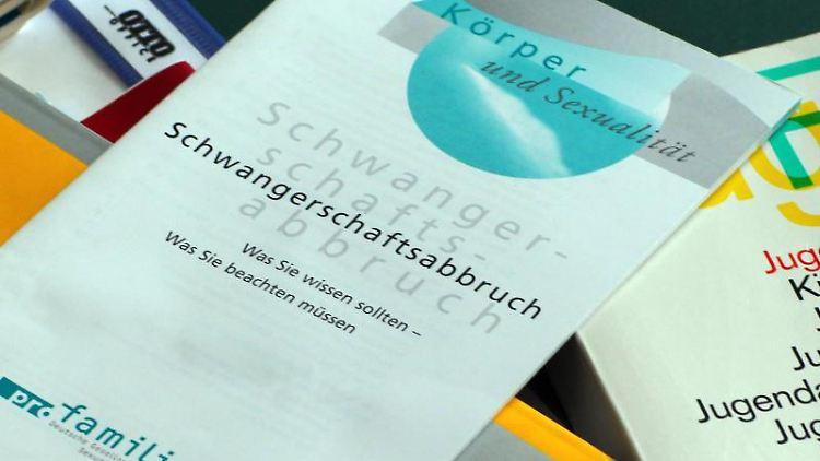 Bücher und Informationshefte liegen in einem Raum der Familienberatungsstelle der Diakonie. Foto: Jens Büttner/dpa-Zentralbild/dpa/Archiv